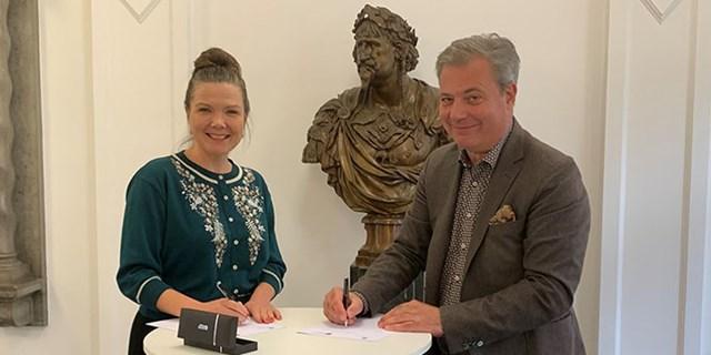 Marie  Staerke och Pierre Månsson undertecknar samarbetsavtalet mellan Køge och Kristianstad.