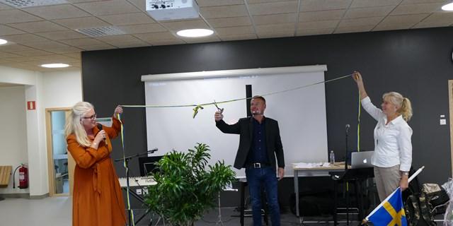 Rektor Charlotta Jeppson och Carina Jörnland får hjälp av skolchef Krister Dagneryd att klippa bandet.