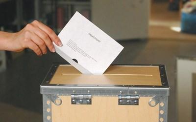 Röstmottagare tar emot rösterna och lägger de i valurnorna.