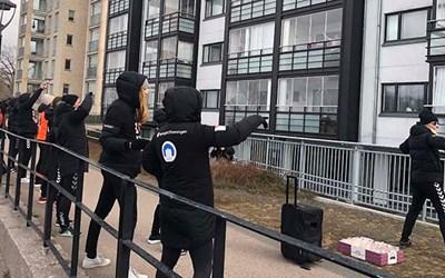 KDFF ordnar trygg fönster- och balkonggympa utanför Finlandshusen i Kristianstad.