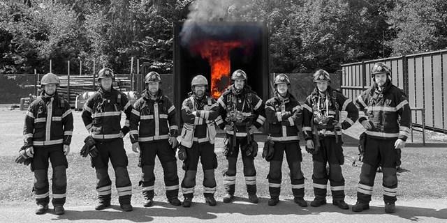Svartvita brandmän mot röda flammor