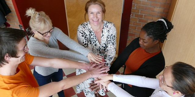 Ulrika Åkerberg, rektor på Centralskolan, tillsammans med medarbetare. Centralskolan har varit in av fokusskolorna i kommunen.