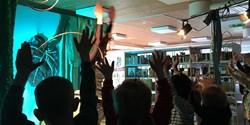 Barnhänder i luften under en föreställning