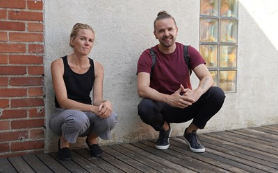 Skriv- och teaterpedagog Charlotta Copcutt och skådespelare Danjin Malinovic möter elever i årskurs 9 digitalt.