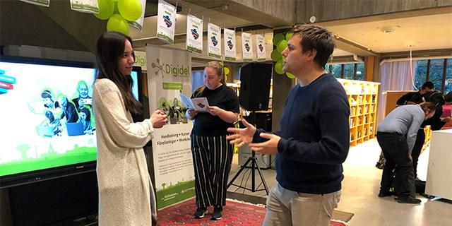 Projektledeare för Digidel Kristianstad Mimmi Ly i samtal med besökare Anders Johannesson