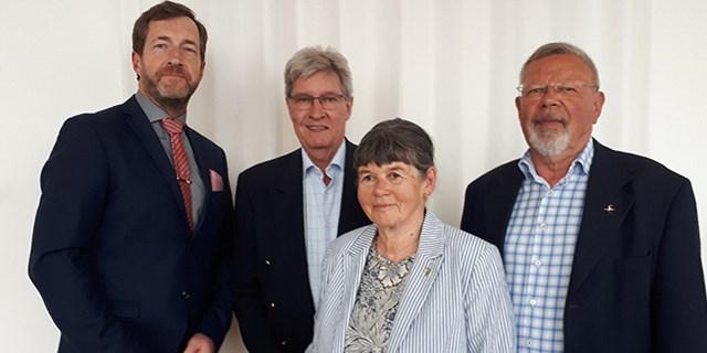 Från vänster: Förvaltningschef Tommy Danielsson, ordförande miljö- och hälsoskyddsnämnden Ulf Persson samt Gerd och Christer Neideman från Naturskyddsföreningen.