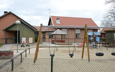 Förskolans gård som vi är ute och leker på varje dag. Utanför staketet finns skolgården som vi också har tillgång till.