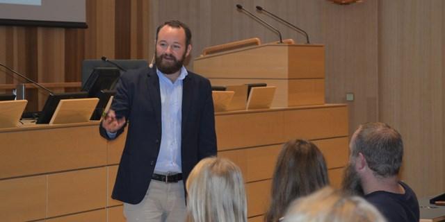 Lektor Simon Hjort inspirerar i en fullsatt Sessionssal.