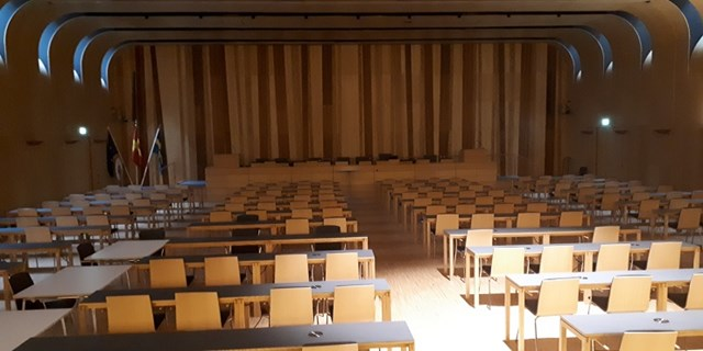 I stället för att fyllas med fullmäktigeledamöter står sessionssalen i Rådhus Skåne tom på eftermiddagen den 12 maj. Inga brådskande ärenden hade anmälts till dagordningen och med tanke på coronarestriktionerna ställs mötet in.