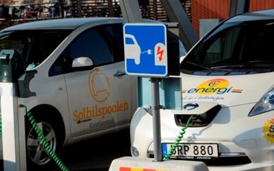 I Kristianstad finns en elbilspool som både privatpersoner och företagare kan gå med i. Bilarna laddas dessutom med el från solen.