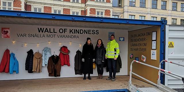 Wall of Kindness 2019. På bilden syns Jessica Sandquist och Veronica Wennberg från Stadsmissionen och Patric Leppälä, Kristianstads kommun.