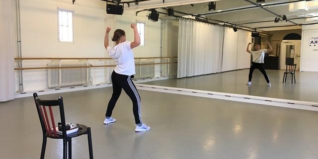 Cornelia spelar in dansfilm till deltagare