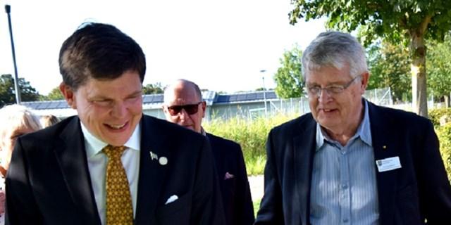 Talman Andreas Norlén och kommunfullmäktiges ordförande Bo Silverbern bjöds på utomhusfika i det fina brittsommarvädret på Gamlegården på söndagen. De fick också höra om ABK:s boendesociala arbete.