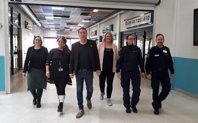 Sex personer går på Gamlegårdens centrum.