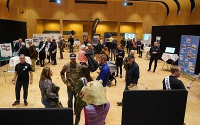 Översikt över utställningar i sessionssalen.