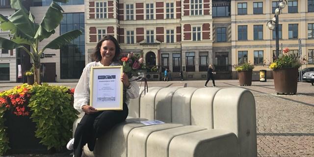 Joanna Lundmark, förstelärare på Fröknegårdskolan, låg och mellanstadium, tar emot arbetsmiljöpriset för år 2020