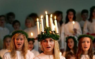 Musikklasserna bjuder in till Luciakonsert. Här Lovisa Riedel som Lucia.