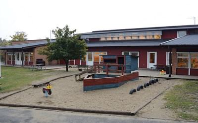 Fyrens idrottsförskola i Åhus ligger i naturskön miljö mellan vattentornet och Sånnaområdet.