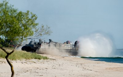 En amerikansk svävare på stranden vid Ravlunda skjutfält under övning BALTOPS 2015. Foto: Försvarsmakten.