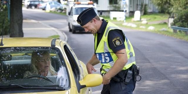 Polis stoppar bil.