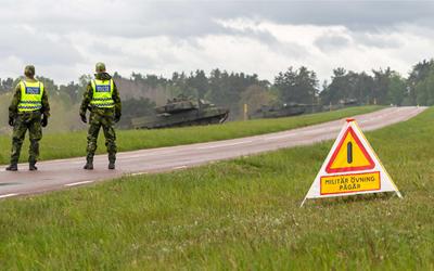 Var uppmärksam mot militärfordon på vägen och gå inte på övningsfälten i Norra Åsum eller Rinkaby den 3 - 10 maj när militärövningen Sydfront 21 pågår. Foto: Försvarsmakten