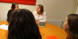 Tre av eleverna samtalar med Therese, fältsekreterare om machofabriken.