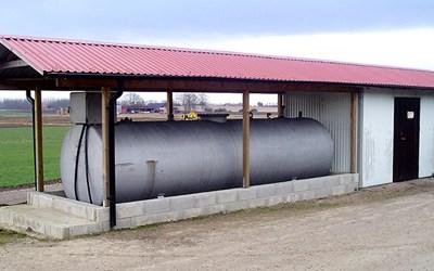 Ett bra exempel på cistern med invallning och nederbördsskydd.