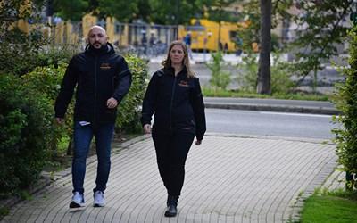 Lavdim Rushiti och Therese Jönsson, kommunens fältsekreterare deltog i trygghetsvandringen på Gamlegården.