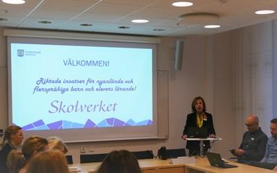 Skolchef Agneta Ekner Carlsson berättar för rektorerna vad insatsen kommer att innebära.