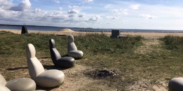 Rester av eld på stranden