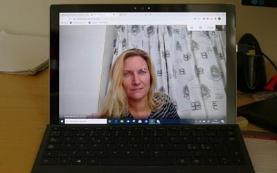 Lärare Jennie Saming träffar de studerande digitalt eller i mindre grupp.