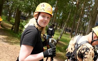 Deltagaren Emma gör sig redo för att utmana sig själv på höga höjder