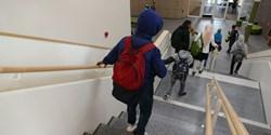 Elever som springer ner för en trappa.