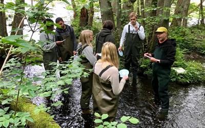 Söderportgymnasiets naturvetenskapligt program med miljöprofil var på exkursion vid Vattenrikets besöksplats Vramsån med naturums naturpedagog Sam Peterson