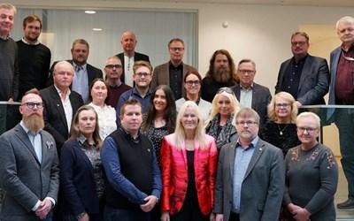 Ledamöter och ersättare i kommunstyrelsen samlas till sammanträde en gång i månaden.