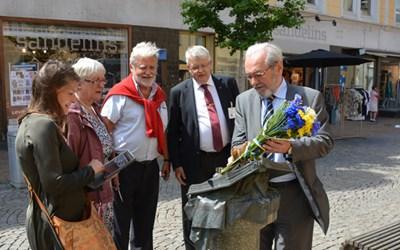 Ihor Sagach, Ukrainas ambassadör i Sverige, lägger blommor vid statyn till minne av Benderförfattningen och Filip Orlik. Med på bilden är också Lena Ohlsson (M) kultur- och fritidsnämndens ordförande, Erna Arhag, tidigare ordförande kommunfullmäktige, Frank Orton jur.dr. samt Bo Silverbern (M) kommunfullmäktiges ordförande.