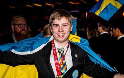 Martin Lindelöw firar i svenska flaggan