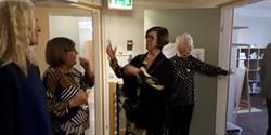 Kvinnor i en korridor.
