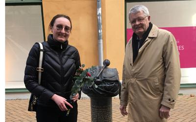 Inna Zholtkevych 2:e sekreterare vid Ukrainska ambassaden och kommunfullmäktiges ordförande Bo Silverbern vid Filip Orlik monumentet på Östra Storgatan i Kristianstad.