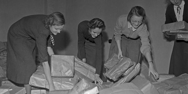 Några kvinnor sorterar paket. Foto: Polyfoto