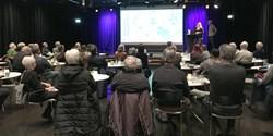 Planarkitekterna Per Blomberg och Rebecka Danielsson berättar om Kristianstads framtida utveckling under samrådsmötet på Kulturkvarteret.