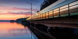 Tåg i skymningsljus