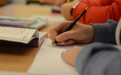 Elever och lärare gör avstämningar för att se hur eleven utvecklas mot målen.