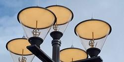 De nya lamporna har smyckats med förgyllda C4-emblem.