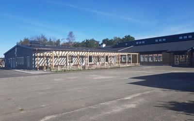 Helgedalskolan ligger i ett villakvarter söder om E22.:an.