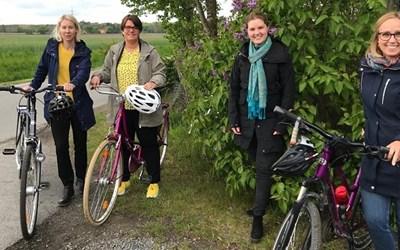 Fyra kvinnor med cyklar