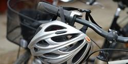 cykel med hjälm på styret