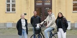 Cykelentusiasterna som hjälpt till att föra skolan till vinst: Alicia Grundvald, Jens Pettersson (lärare), Angus Skog och Mary Noel.