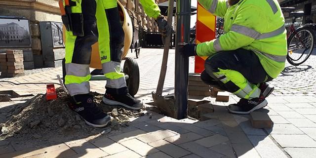 Först sätts de fasta pollarna på plats i gatan och därefter placeras de höj- och sänkbara ut.