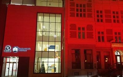 Rådhuset med röd fasadbelysning